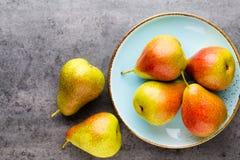 Bio- pera fresca con le foglie sul piatto tavola di pietra grigia immagine stock