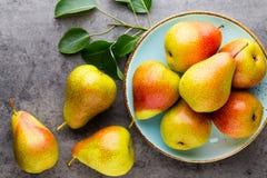 Bio- pera fresca con le foglie sul piatto tavola di pietra grigia immagini stock libere da diritti