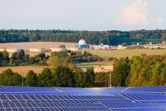 Bio planta de gás e painéis solares da energia no campo Fotos de Stock Royalty Free