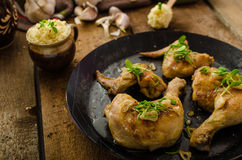 Bio- pollo arrosto con le erbe e l'aglio, cuscus immagini stock libere da diritti