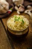 Bio- pollo arrosto con le erbe e l'aglio, cuscus fotografia stock libera da diritti