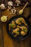 Bio- pollo arrosto con le erbe e l'aglio, cuscus immagine stock