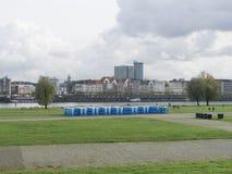 Bio retretes azules en el terraplén verde del río imagen de archivo