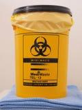 Bio- rischio identificato contenitore giallo della raccolta dello specialista immagine stock libera da diritti
