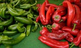 Bio- rosso sano fresco e peperone verde sul mercato agricolo dell'agricoltore fotografia stock