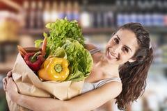Bio shoppingbegrepp med flickan på den toppna marknaden med arkivbild