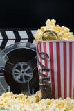 Bio som annonserar begrepp: popcorn och film på en mörk bakgrund royaltyfri foto