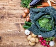 Bio- verdure organiche fresche su fondo di legno immagini stock