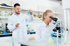Biochemici die in Modern Laboratorium werken stock afbeelding