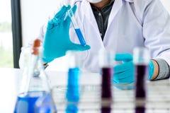 Biochemielaborforschung, -wissenschaftler oder -medizinisches im Labor Co lizenzfreie stockfotos