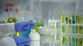 Biochemiker, der Cremeprobe vom Rohr, organische Schönheitsproduktion, Dermatologie nimmt stock video footage