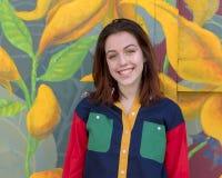 Biodra szesnaście roczniaka dziewczyna przed garażu drzwiowym malowidłem ściennym w Południowym Filadelfia Zdjęcia Stock