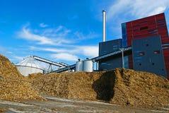 Bioelektrische centrale met opslag van houten brandstof (biomassa) tegen bl stock foto