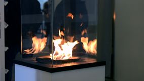 Biofireplacebrandwond op ethylalcoholgas stock footage