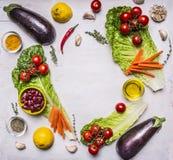 Biogartengemüsebestandteile, Platz für Text, Rahmen auf hölzernem rustikalem Draufsicht-Vegetarierkonzept des Hintergrundes Stockfoto