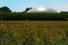Biogasanlage in un campo di grano contro il cielo blu, agricoltura c Fotografie Stock