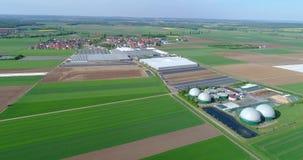 Biogasinstallatie, een Moderne Installatie op een Groen Gebied, een Milieuvriendelijke Biogasinstallatie, Kleine Installatie in G stock videobeelden