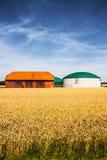 Biogasinstallatie op een landbouwbedrijf Stock Afbeeldingen