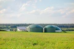 Biogasinstallatie op groene weide royalty-vrije stock afbeeldingen