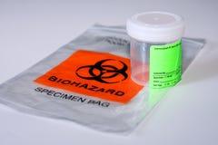 Biohazard Probenmaterialbeutel und -cup Lizenzfreies Stockfoto