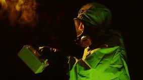 Biohazardtechnologie oder -soldat, die einen Raum mit einem Geigerzähler fegen stock footage