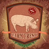 Biohof frisch Weinleseaufkleber mit Schwein auf Schmutzhintergrund Lizenzfreies Stockbild