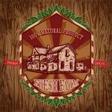 Biohofweinleseplakat mit Bauernhaus auf der Hintergrundbeschaffenheit von hölzernen Brettern Lizenzfreies Stockbild