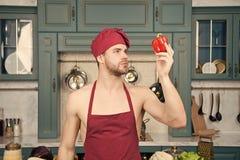 Biokost ist mein Auftrag Mannchefblick auf nat?rlichen organischen Pfeffer Kochfertiges gesundes vegetarisches Lebensmittel des M lizenzfreie stockfotos