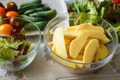 Biokostbestandteile, Frischgemüse in einer Platte, Gurken lizenzfreie stockfotos
