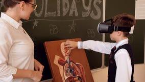 Biología de enseñanza del profesor mayor a los estudiantes de la escuela almacen de video