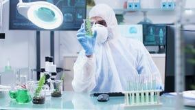 Biolog som analyserar växter för prövkopiaprov i modernt laboratorium lager videofilmer