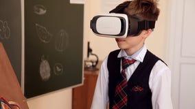 Biologia d'istruzione dell'insegnante senior agli studenti della scuola stock footage