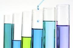 Biologiczna próbki analiza przedstawiająca z pipetą i spada dr Zdjęcie Royalty Free