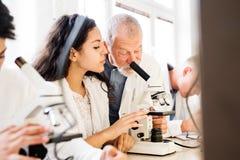 Biologie de enseignement de professeur supérieur à l'étudiant de lycée dans le travail Images stock