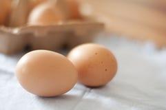 Biologische braune chickeneggs auf einer Tabelle Lizenzfreie Stockbilder