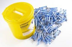 Biologische Müllentsorgung und leere glatiramer Azetatspritzen stockbild