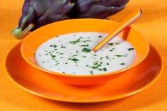 Biologische Suppe der Artischocke in einem Teller Lizenzfreie Stockfotos