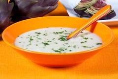 Biologische Suppe der Artischocke in einem Teller Stockfoto