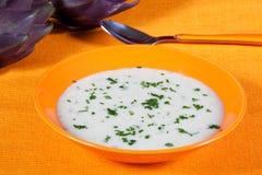 Biologische Suppe der Artischocke in einem Teller Stockfotografie