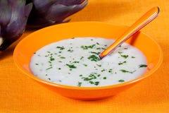 Biologische Suppe der Artischocke in einem Teller Lizenzfreies Stockbild