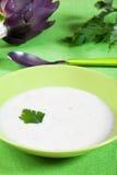 Biologische Suppe der Artischocke in einem Teller Lizenzfreie Stockbilder