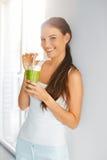 Biologisches Lebensmittel Frau der gesunden Ernährung trinkender Detox-Saft Lifesty lizenzfreie stockfotos
