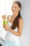 Biologisches Lebensmittel Frau der gesunden Ernährung trinkender Detox-Saft Lifesty lizenzfreies stockfoto