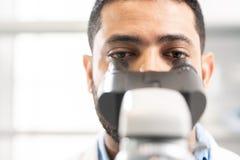 Biologiste de laboratoire étudiant des cellules image stock