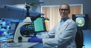 Bioloog die camera bekijken stock footage