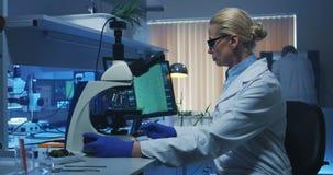 Bioloog die camera bekijken stock videobeelden