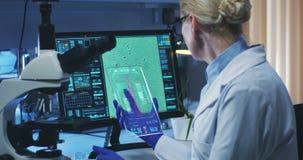 Bioloog die het holografische vertoningsscherm met behulp van stock videobeelden