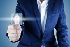 Biometric identitet för affärsmanbildläsningsfingeravtryck med tom ask I royaltyfri foto