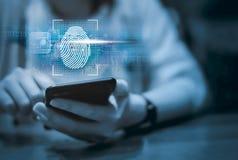 Biometric identitet och godkännande för kvinnabildläsningsfingeravtryck arkivbild