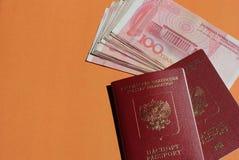 Biometrische Russische paspoort en yuans Toerisme, reis en internationaal relatiesconcept De ruimte van het exemplaar stock afbeeldingen